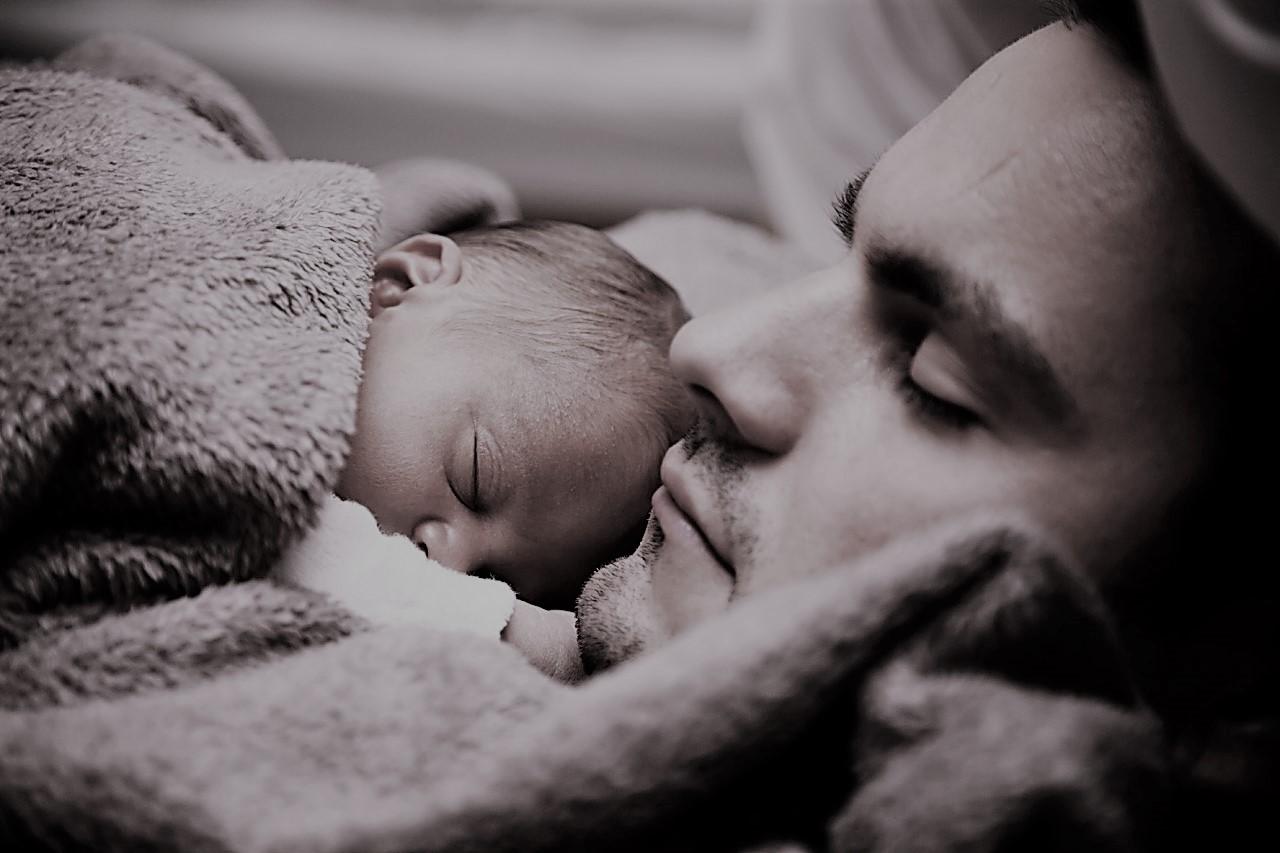 Bambino e papà dormono