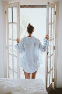 Donna che apre le finestre